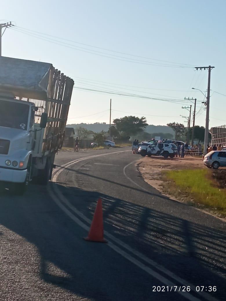 Caminhão envolvido no acidente e , ao fundo, viatura da PM ao lado do Corsa