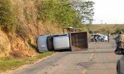 Motorista de caminhonete perde controle e tomba na ES-162