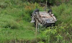 Homem capota veículo várias vezes em Santo Eduardo