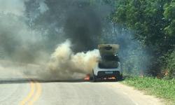 VÍDEO   Veículo de campanha eleitoral pega fogo na ES-162 próximo ao trevo de Campo Novo