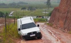 Veículo cai em valeta na comunidade de Criador após fortes chuvas desta quarta-feira (09)