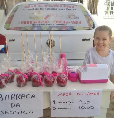 Mini empreendedora faz sucesso vendendo maçã do amor em Presidente Kennedy