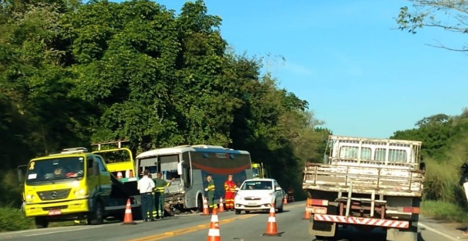 Acidente entre ônibus e carro mata uma pessoa na BR-101 próximo ao trevo de acesso à Presidente Kennedy
