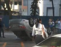 Carro capota e trânsito fica lento em Vitória