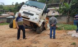Cratera se abre dentro do pátio da Secretaria de Agricultura e 'engole' caminhão e motoniveladora