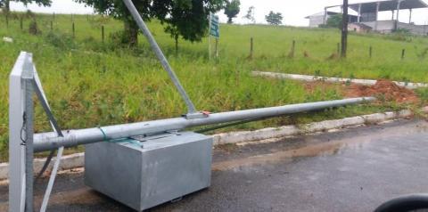 Postes solares fotovoltaicos caem nos trevos de Santo Eduardo após fortes chuvas