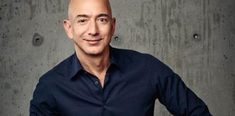 Jeff Bezos, homem mais rico do mundo, decola em viagem espacial