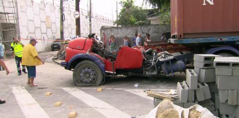 Quase 12 horas depois, operários retiram corpos de vítimas de queda de viaduto no Rio