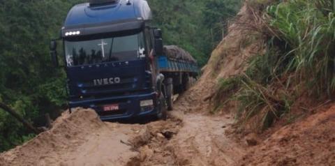 Caminhão fica atolado em trecho interditado há mais de um ano entre Muqui e Jerônimo Monteiro