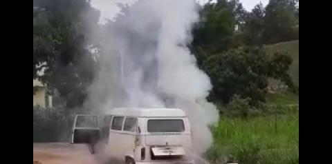 Vídeo | Kombi da Prefeitura de Presidente Kennedy pega fogo e fica parcialmente destruída