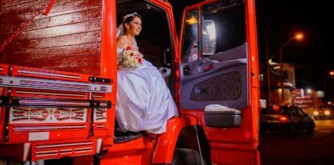 Noiva chega ao casamento de caminhão para homenagear o pai