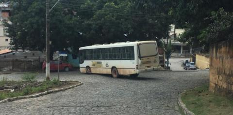 Ônibus quebra barra de direção e interdita rua no centro de Presidente Kennedy
