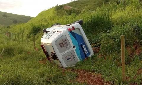 Motorista perde o controle de ambulância e capota às margens da rodovia em Leonel