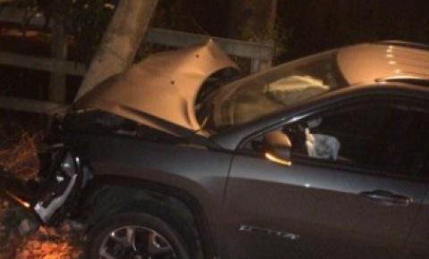 Motorista perde controle da direção e bate carro em poste, na ES-162 em Presidente Kennedy