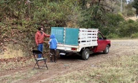 Professor pendura lousa em caminhão e dá aulas em área rural: pandemia