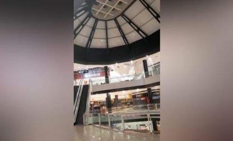 VEJA VÍDEO | Chuva forte faz parte do teto de shopping desabar na Praia da Costa