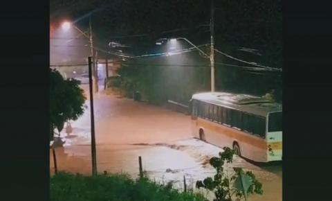 Chuva alaga ruas e causa prejuízos em São Salvador