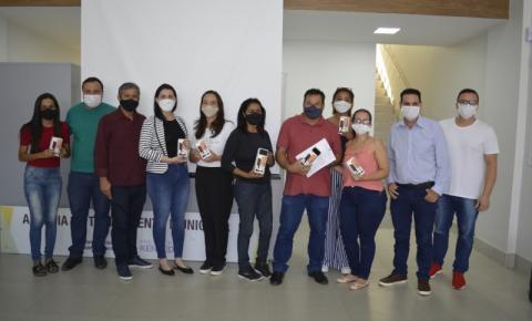 Prefeito Dorlei Fontão realiza entrega de celulares para atendimento remoto da Secretaria de Assistência Social