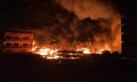 VÍDEO   Incêndio atinge ferro-velho em Cachoeiro de Itapemirim
