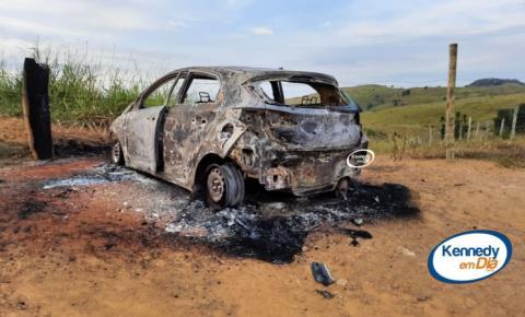 Veículo HB20 encontrado na zona rural estava com perfurações de arma de fogo