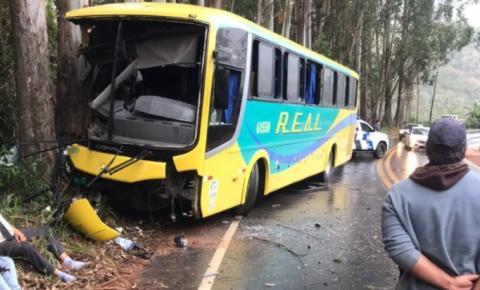Ônibus sai da pista e bate em árvores na ES-164 em Vargem Alta