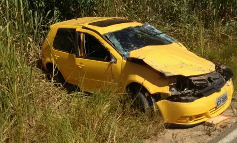 Motorista perde controle de veículo e capota na ES-162, em Leonel