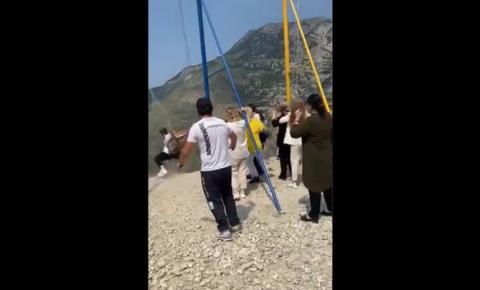 VÍDEO   Mulheres caem de balanço a dois mil metros de altura após cabo quebrar