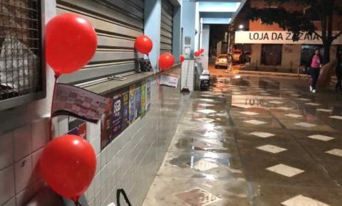 Evangelismo criativo: Igreja distribui 500 balões com conteúdo motivacional no comércio do município