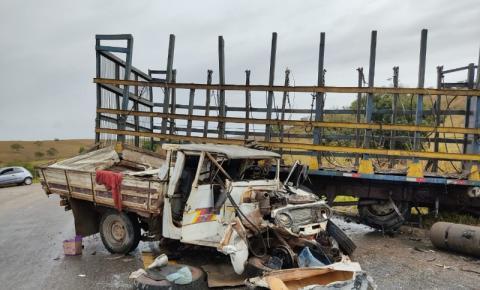 Acidente entre um caminhão e caminhonete deixa um homem ferido próximo ao trevo de Santo Eduardo