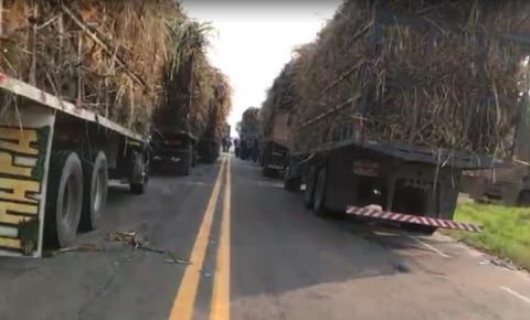 Vídeo: caminhoneiros fecham parcialmente ES-060 na divisa do ES com o RJ