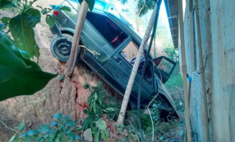 Motorista perde controle de veículo e desce ribanceira no parque de exposições