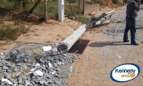 Pá carregadeira derruba poste na rua Antônio Rodrigues