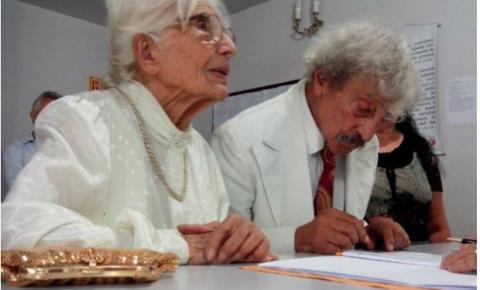 Após 70 anos de namoro, Maria, 90, e Davi, 103, se casam