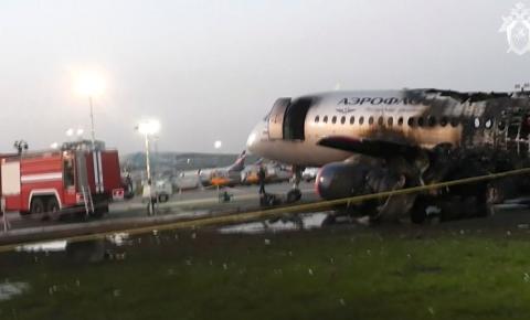 Incêndio em avião russo deixa pelo menos 41 pessoas mortas
