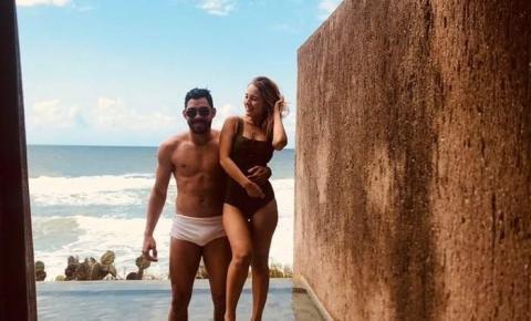 Gabriel Diniz pegou o avião para fazer surpresa no aniversário da noiva