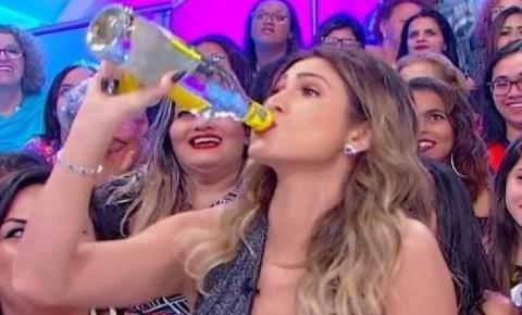 Lívia Andrade é expulsa do programa do Silvio Santos após beber cachaça