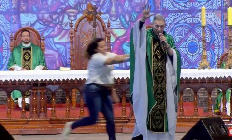 Mulher empurra Padre Marcelo Rossi de altar durante missa em Cachoeira Paulista; veja vídeo