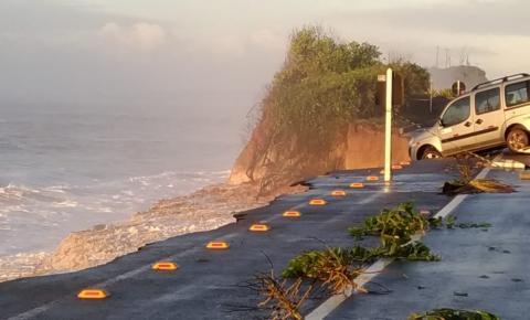 Carro cai em mar após rodovia ceder em Guarapari, um outro ficou pendurado; Veja vídeos
