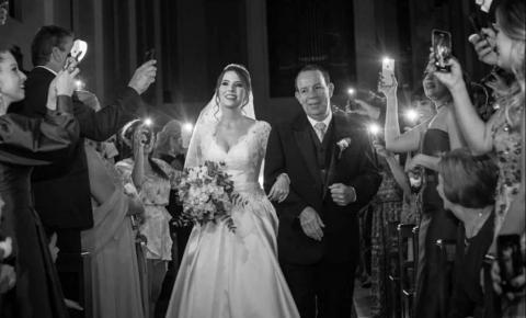 VÍDEO | Noiva entra em igreja iluminada por celulares após apagão e emociona internautas
