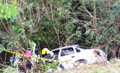 Corsa desgovernado bate em caminhão de gás e o motorista morre