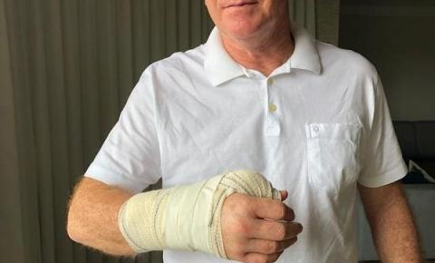 Governador Renato Casagrande faz cirurgia na mão após queda