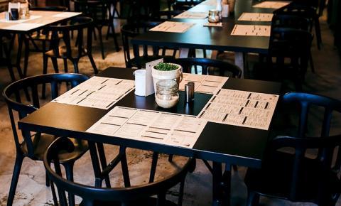 Cliente impedida de comer marmita em mesa de restaurante deve ser indenizada