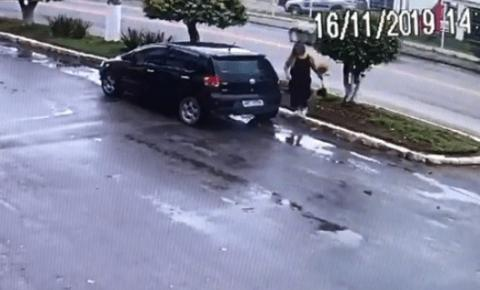 Mulher é flagrada furtando plantas de canteiro público em Cachoeiro de Itapemirim
