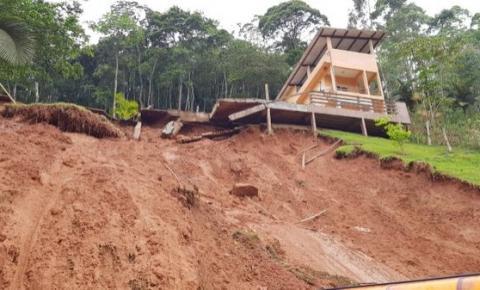 Casa é soterrada e outra corre risco de desabar em Marechal Floriano