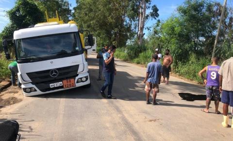 Asfalto cede e caminhão da prefeitura de Itapemirim cai em buraco na Via de Paineiras