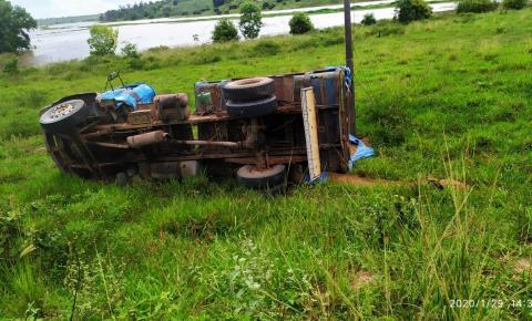Motorista não consegue controlar caminhão e cai em ribanceira na ES-162 em Santo Eduardo