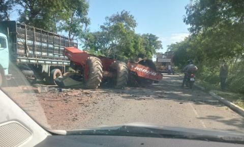 Rolo compactador se desprende de carreta e causa acidente em Campo Novo