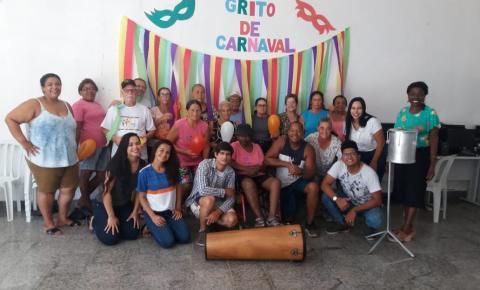 Idosos participam do Grito de Carnaval e se divertem ao som de marchinhas