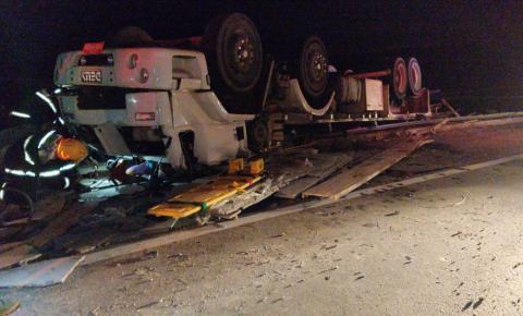 Caminhão tomba e duas pessoas ficam presas as ferragens na rodovia Cachoeiro x Alegre