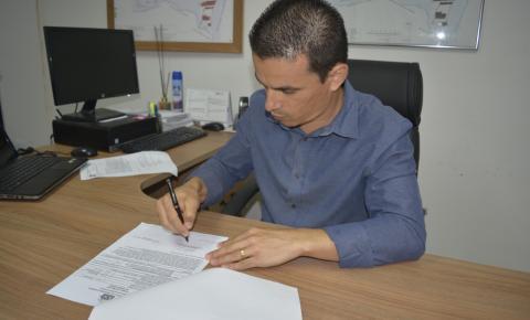 Prefeitura assina ordens de serviços para asfaltar estradas e pavimentar ruas; Veja comunidades contempladas